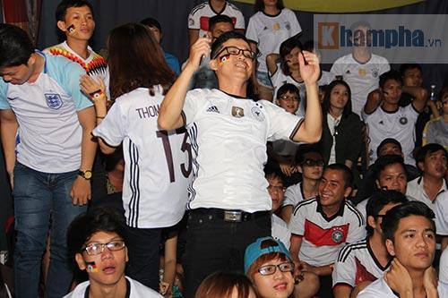 Fan nữ xinh ĐT Đức mở hội sau phút thăng hoa - 5