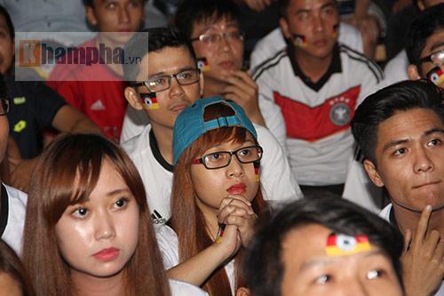 Fan nữ xinh ĐT Đức mở hội sau phút thăng hoa - 8