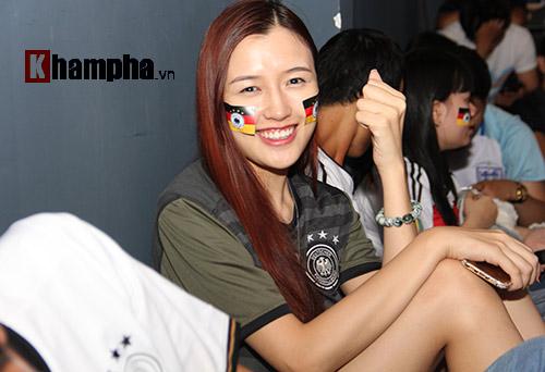 Fan nữ xinh ĐT Đức mở hội sau phút thăng hoa - 12