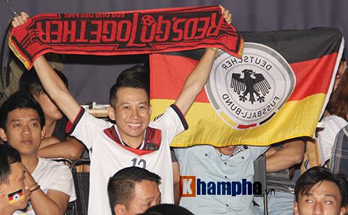 Fan nữ xinh ĐT Đức mở hội sau phút thăng hoa - 13