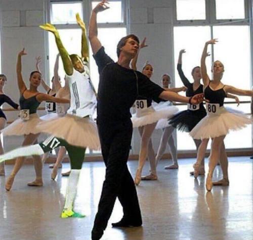 Nhảy ballet trước Ý, Boateng thành SAO internet - 6