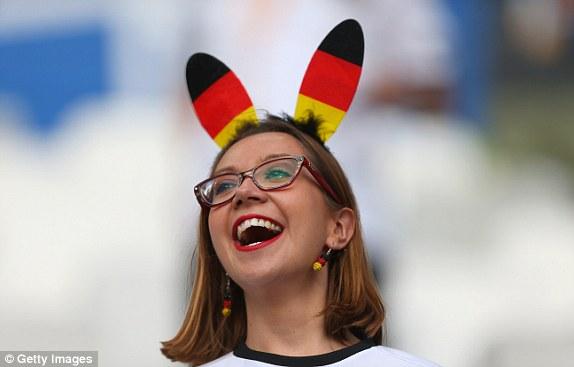 """Bồ cầu thủ Ý xinh đẹp, """"đè bẹp"""" fan Đức trên khán đài - 3"""