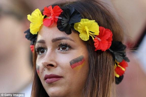 """Bồ cầu thủ Ý xinh đẹp, """"đè bẹp"""" fan Đức trên khán đài - 4"""