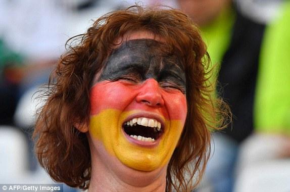 """Bồ cầu thủ Ý xinh đẹp, """"đè bẹp"""" fan Đức trên khán đài - 6"""