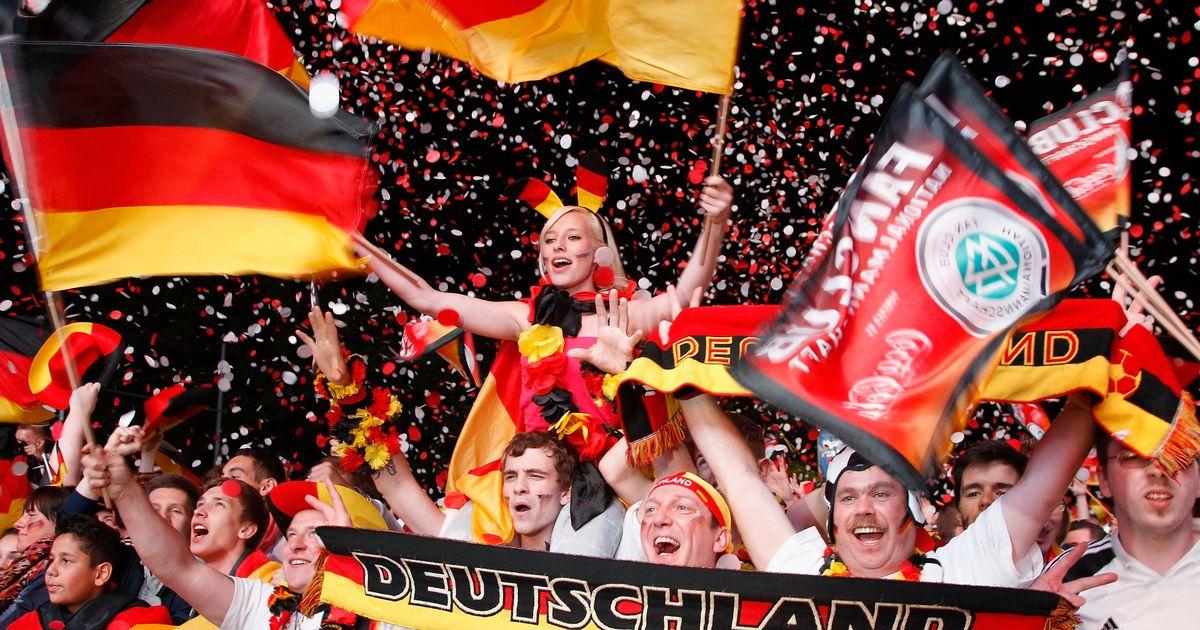 """Bồ cầu thủ Ý xinh đẹp, """"đè bẹp"""" fan Đức trên khán đài - 7"""