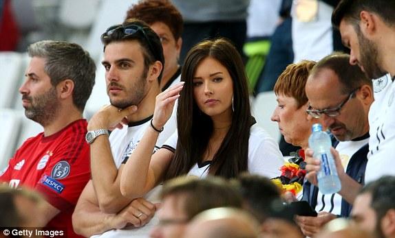 """Bồ cầu thủ Ý xinh đẹp, """"đè bẹp"""" fan Đức trên khán đài - 1"""
