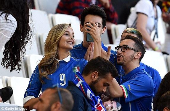 """Bồ cầu thủ Ý xinh đẹp, """"đè bẹp"""" fan Đức trên khán đài - 2"""
