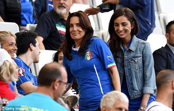 """Bồ cầu thủ Ý xinh đẹp, """"đè bẹp"""" fan Đức trên khán đài - 9"""