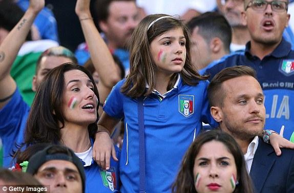 """Bồ cầu thủ Ý xinh đẹp, """"đè bẹp"""" fan Đức trên khán đài - 10"""