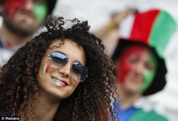"""Bồ cầu thủ Ý xinh đẹp, """"đè bẹp"""" fan Đức trên khán đài - 11"""