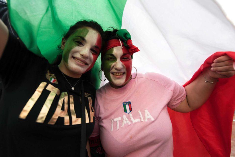 """Bồ cầu thủ Ý xinh đẹp, """"đè bẹp"""" fan Đức trên khán đài - 12"""