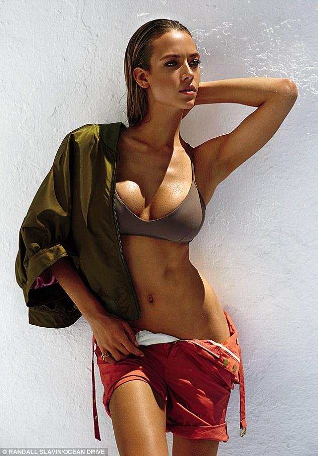 Mẫu 9X khoe dáng bốc lửa chụp quảng cáo áo tắm - 7