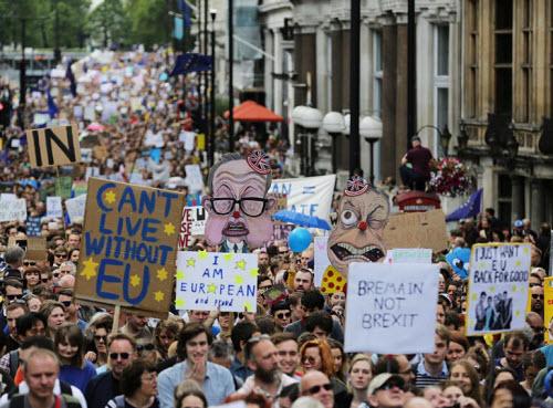 50.000 người rầm rộ biểu tình kêu gọi Anh ở lại EU - 11