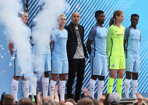 Pep ra mắt Man City: Hứa chơi đẹp, không mua Messi - 10