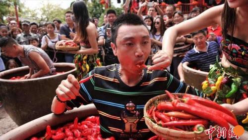 TQ: Người đàn ông ăn một lúc hết 47 quả ớt cay xé - 1