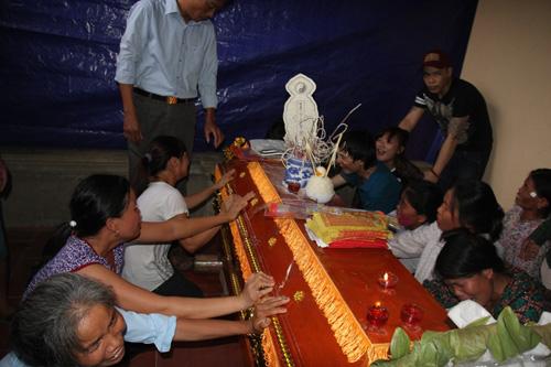 Đau xót đón thi thể nữ sinh viên bị nước lũ cuốn trôi - 2