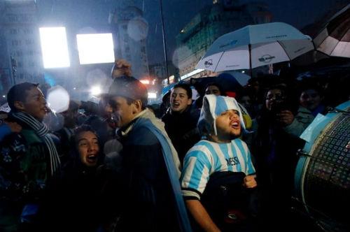 Dân Argentina đội mưa kêu gọi Messi quay lại tuyển - 3