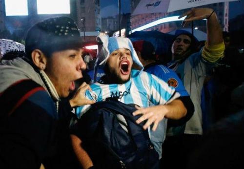 Dân Argentina đội mưa kêu gọi Messi quay lại tuyển - 4