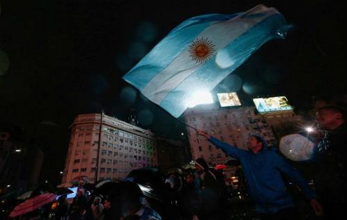 Dân Argentina đội mưa kêu gọi Messi quay lại tuyển - 5