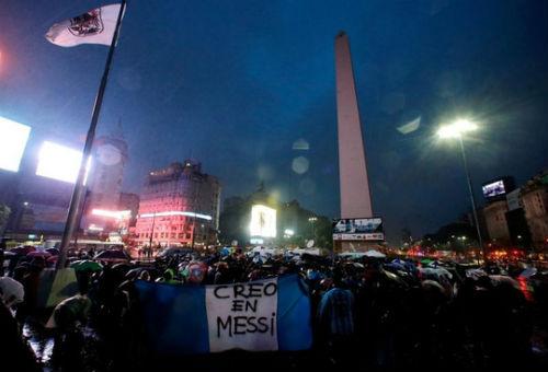 Dân Argentina đội mưa kêu gọi Messi quay lại tuyển - 2