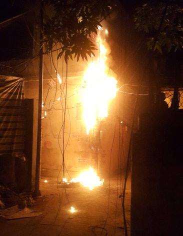 Cả khu phố náo loạn vì cột điện bốc cháy giữa đêm - 1