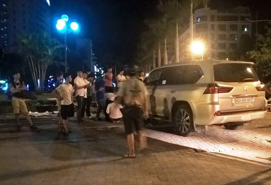 Lexus 570 tông hàng loạt xe máy, 5 người nhập viện - 1