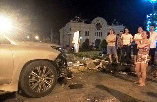 Lexus 570 tông hàng loạt xe máy, 5 người nhập viện - 2