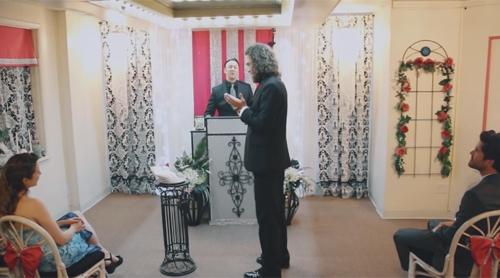 Bất ngờ trước đám cưới của người đàn ông với … iPhone - 1