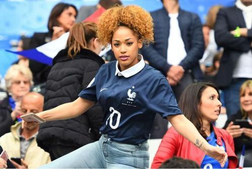 Dàn WAG Pháp lung linh trên khán đài - 2