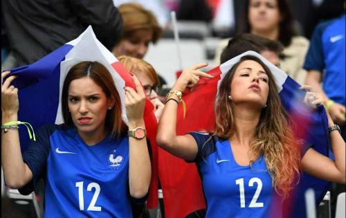 Dàn WAG Pháp lung linh trên khán đài - 5