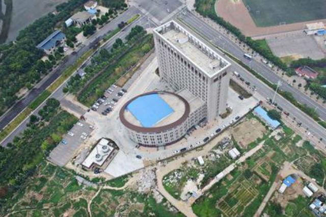 TQ: Tòa nhà trường học giống hệt toilet khổng lồ - 1