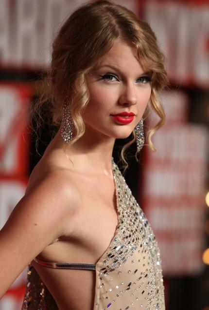 """Taylor Swift bị nghi thoát kiếp ngực lép nhờ """"dao kéo"""" - 1"""