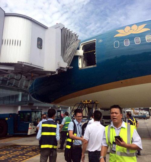 Máy bay hiện đại nhất VN vỡ cửa do va ống lồng nhà ga - 1