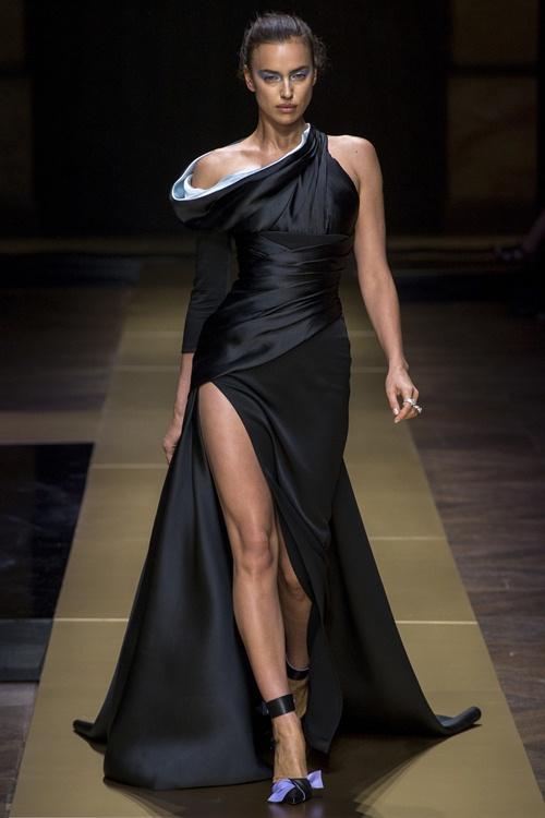 Irina Shayk siêu quyến rũ trong thiết kế của Versace - 1