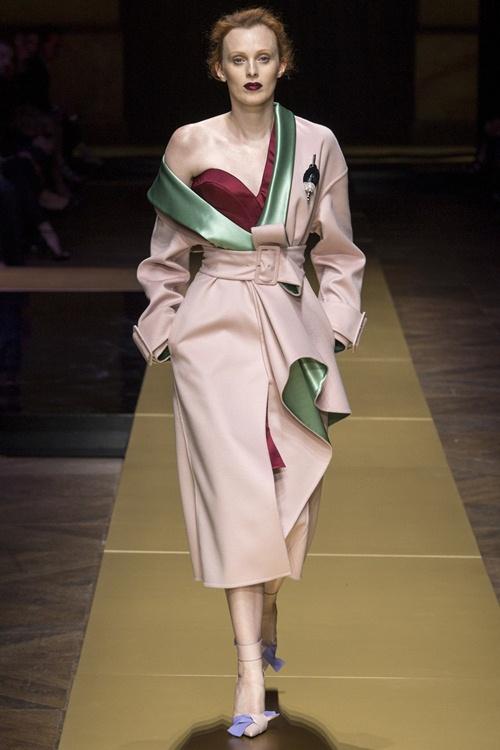 Irina Shayk siêu quyến rũ trong thiết kế của Versace - 2