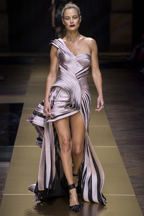 Irina Shayk siêu quyến rũ trong thiết kế của Versace - 3