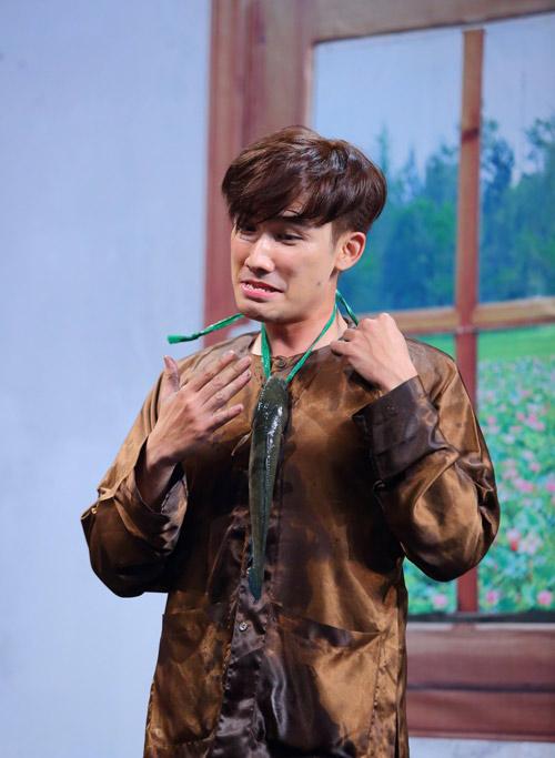 Chí Thiện bị Hoài Linh ép ăn cá sống trong gameshow - 1