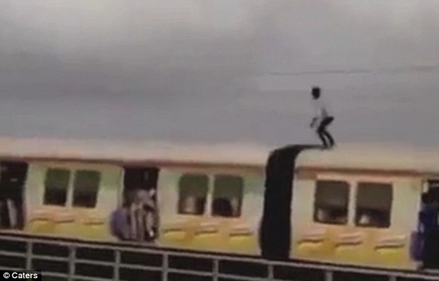 Ấn Độ: Liều mạng đứng trên nóc tàu hỏa né điện cao thế - 1