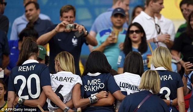 Vợ cầu thủ Pháp Sagna xinh đẹp, thu hút trên khán đài - 2