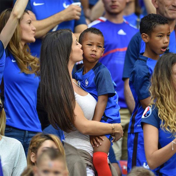 Vợ cầu thủ Pháp Sagna xinh đẹp, thu hút trên khán đài - 5