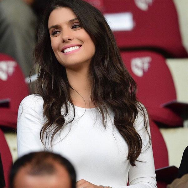 Vợ cầu thủ Pháp Sagna xinh đẹp, thu hút trên khán đài - 4