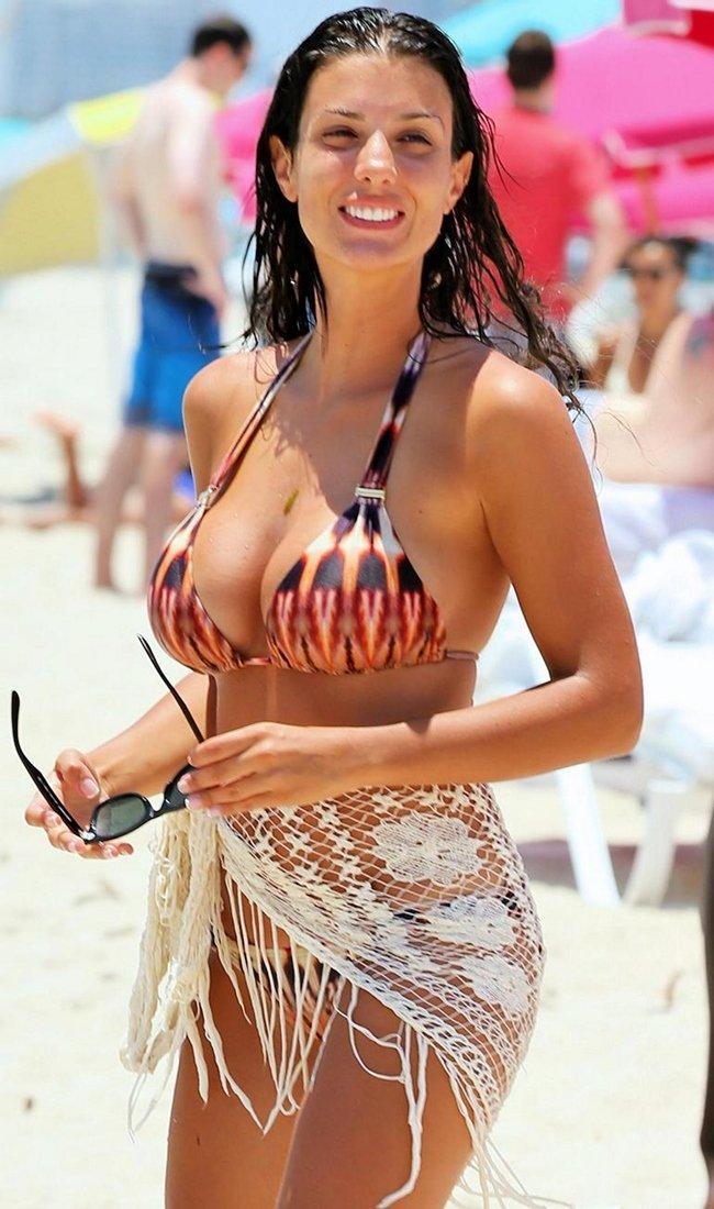 Vợ cầu thủ Pháp Sagna xinh đẹp, thu hút trên khán đài - 7
