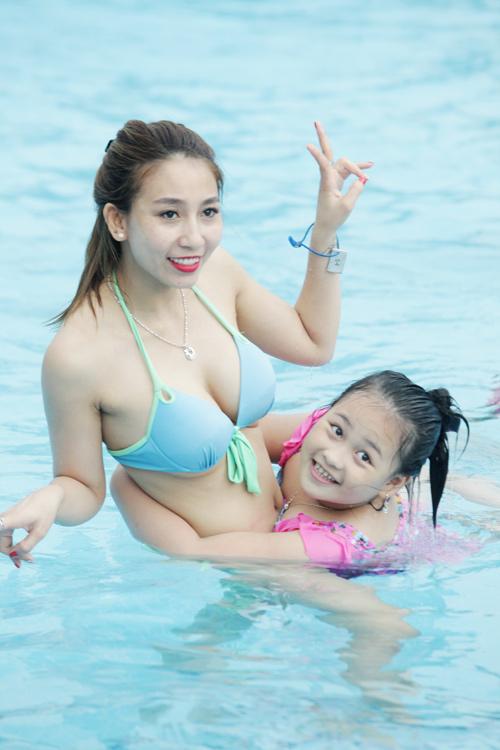 """""""Bóng hồng"""" Hà thành khoe vẻ gợi cảm bên bể bơi - 1"""