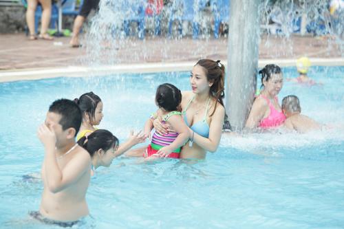 """""""Bóng hồng"""" Hà thành khoe vẻ gợi cảm bên bể bơi - 2"""
