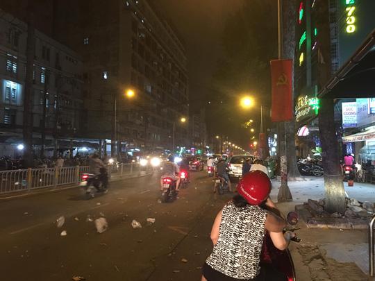 Dông, lốc xoáy làm cát bụi bay mù mịt giữa đêm Sài Gòn - 3