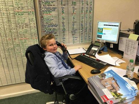 Cậu bé 9 tuổi làm nhân viên kinh doanh sau khi bỏ học - 1