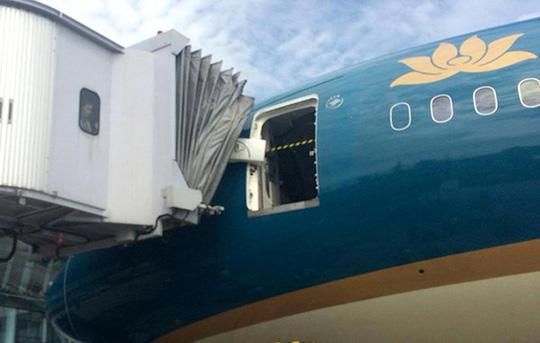 Siêu máy bay Boeing 787-9 hỏng cửa, ai chịu trách nhiệm? - 1