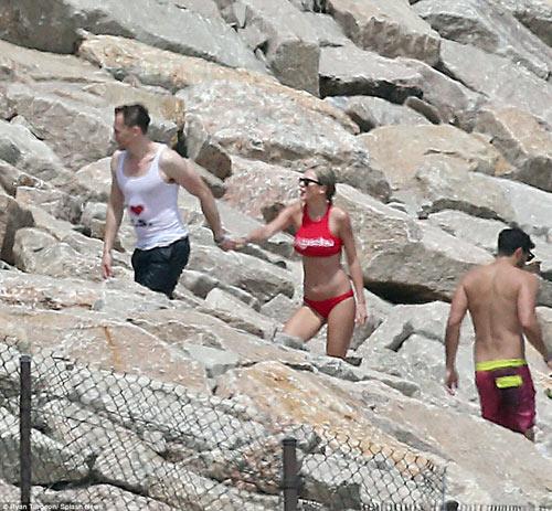 Hội bạn chân dài của Taylor Swift huyên náo vùng biển - 7