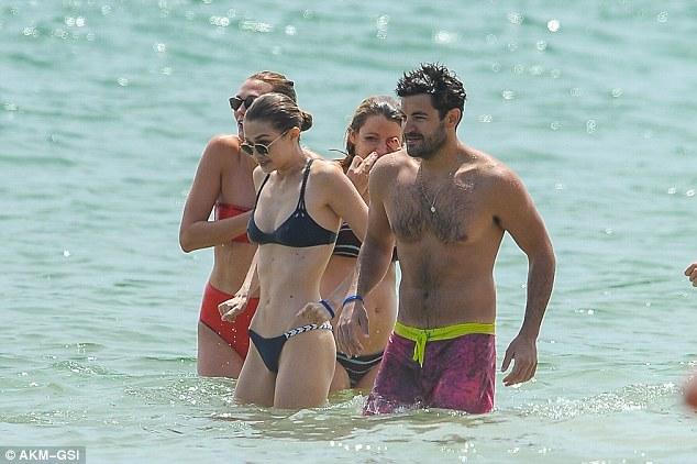 Hội bạn chân dài của Taylor Swift huyên náo vùng biển - 3