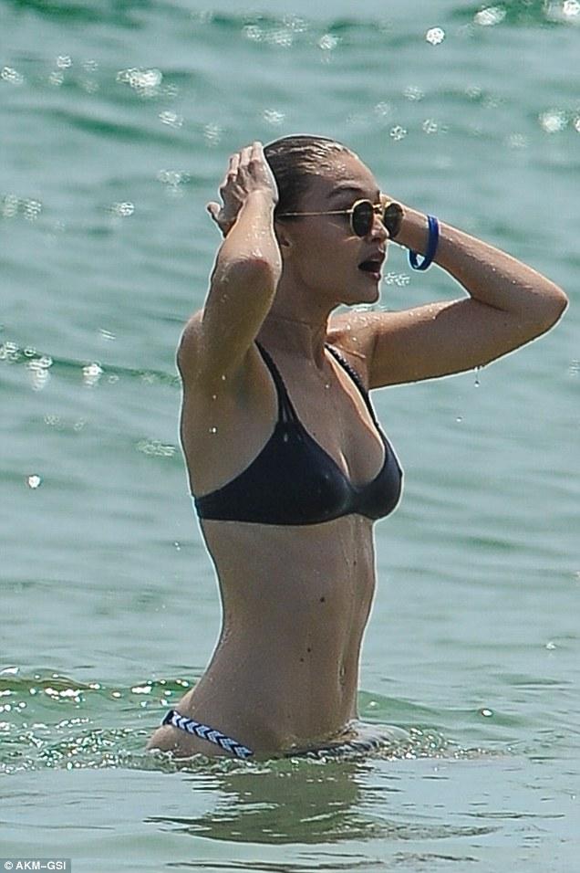 Hội bạn chân dài của Taylor Swift huyên náo vùng biển - 2